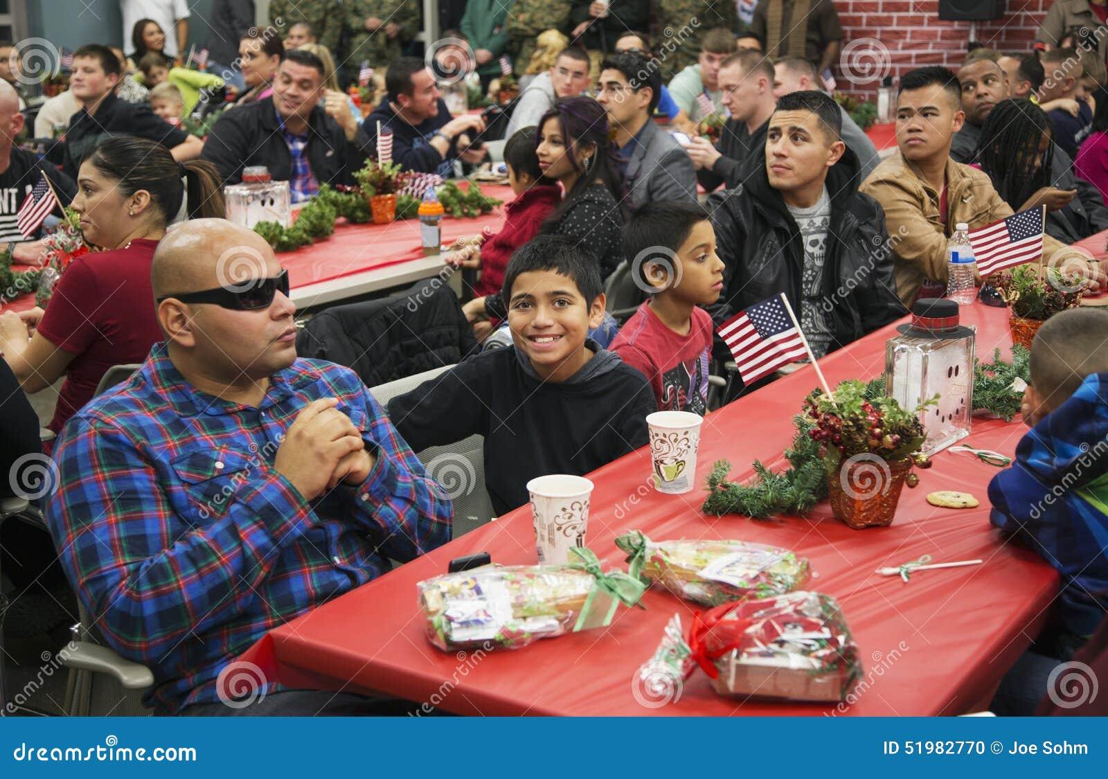 Kerstmisdiner voor de Militairen van de V.S. op Gewond Strijderscentrum, Kamp Pendleton, het Noorden van San Diego, Californië, d