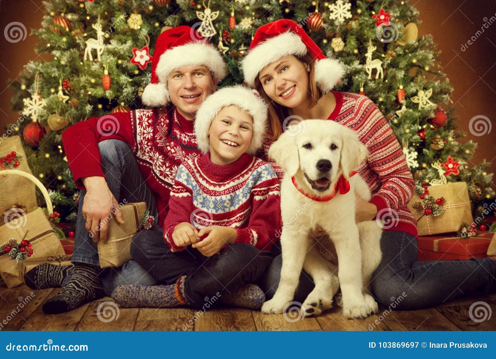 Kerstmisfamilie met hond, gelukkig het kindportret van de vadermoeder