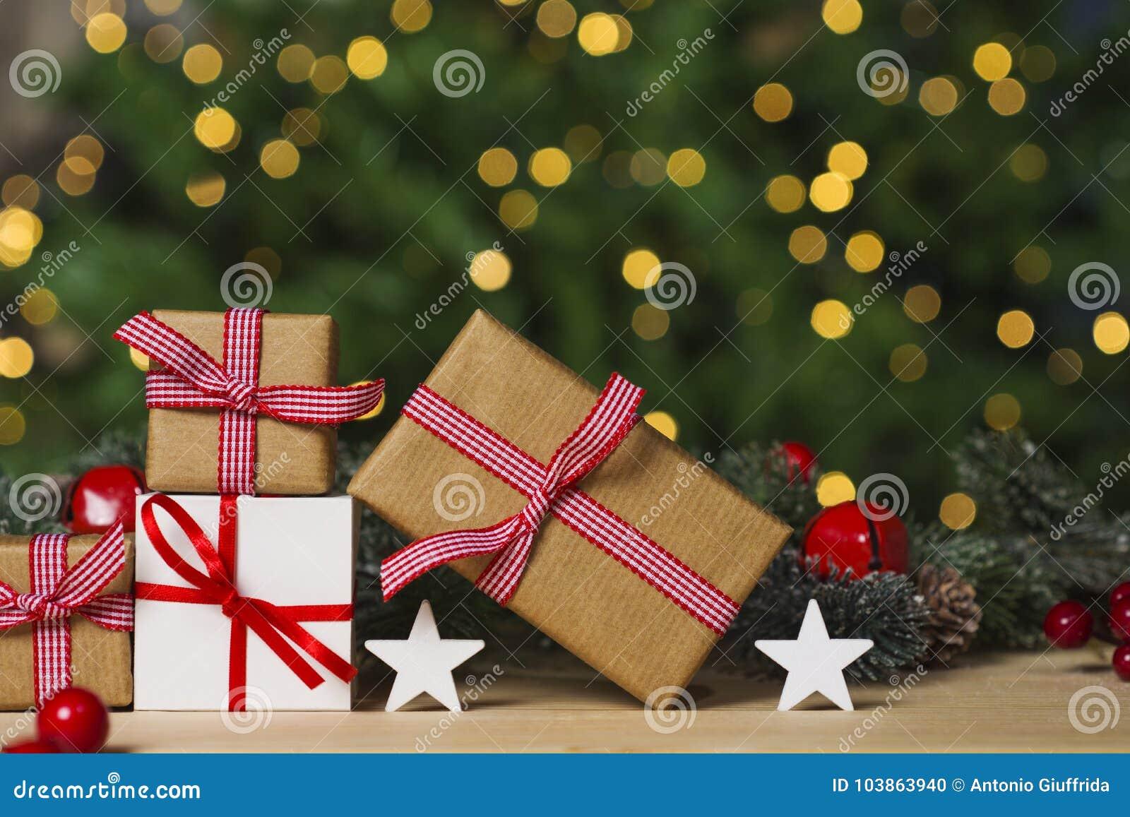 Kerstmisgiften en ornament op lijst, lichten bokeh achtergrond