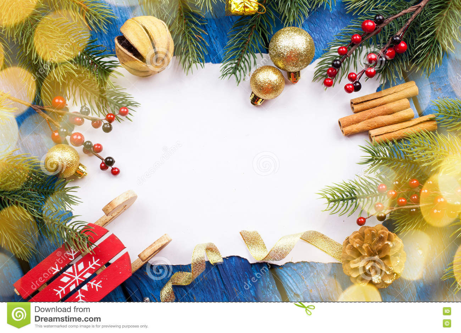 Kerstmisgrens met ballen sterren en decoratie op blauwe houten