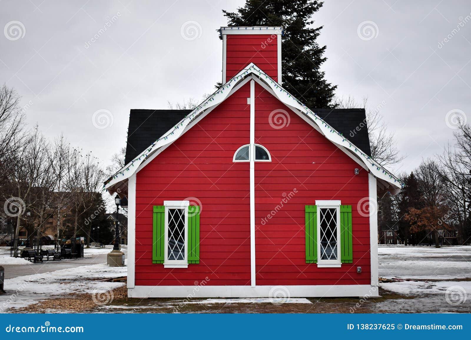 Kerstmishut in de sneeuw