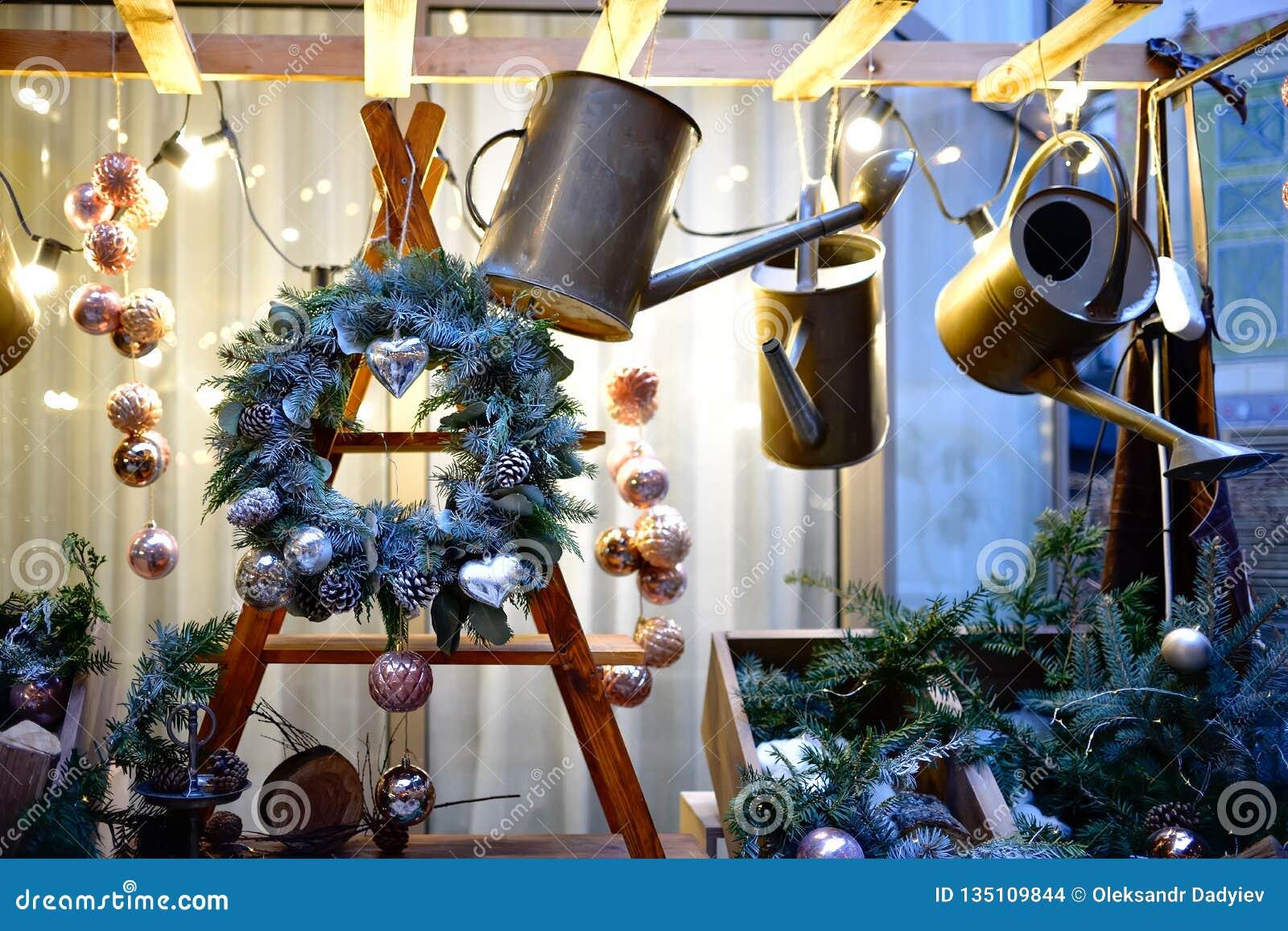 Kerstmiskroon met kegels en Kerstmisspeelgoed op een houten structuur Decoratieve helgieter