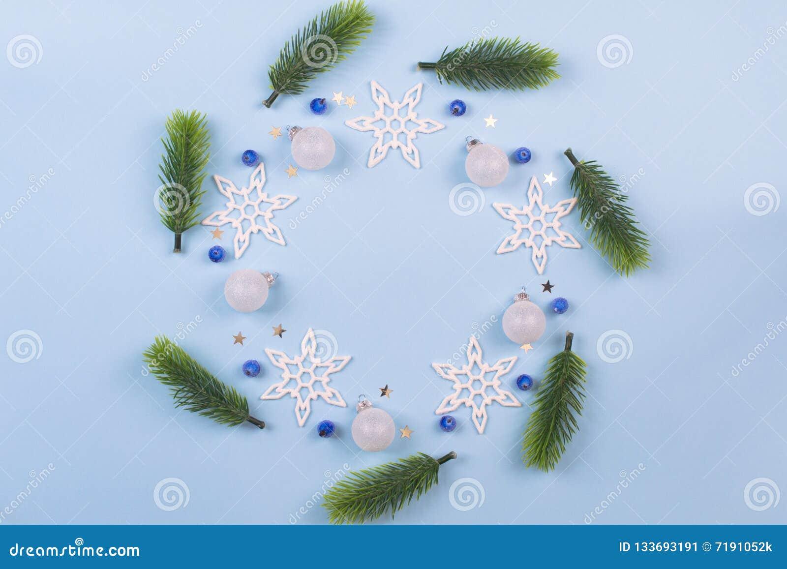 Kerstmiskroon met spartakken en sneeuwvlokken op pastelkleur blauwe achtergrond Ornamenten met Kroon