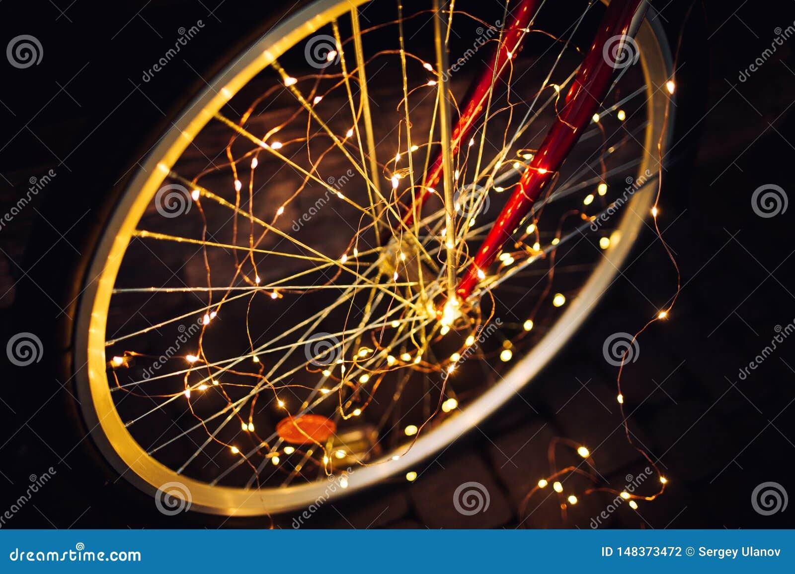 Kerstmislichten op fiets achtergrondtextuur in stad