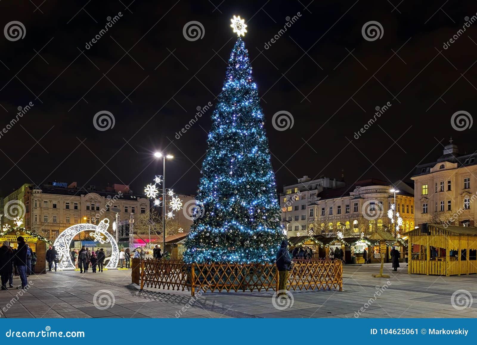 Download Kerstmismarkt Op Masaryk-vierkant In Ostrava In Nacht, Tsjechische Republiek Redactionele Foto - Afbeelding bestaande uit nacht, markt: 104625061