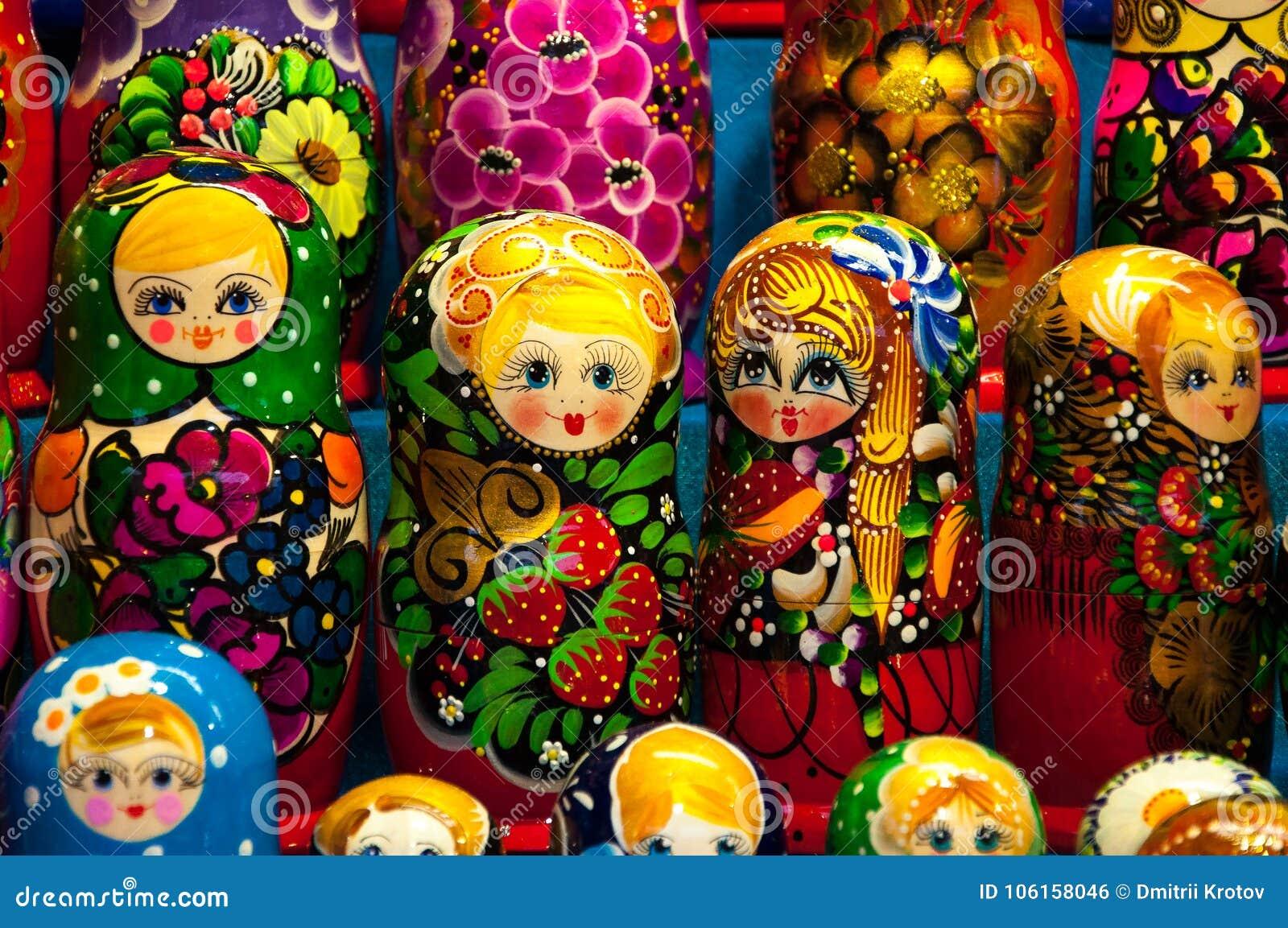 Kerstmismarkt in Rood Vierkant, Moskou Verkoop van speelgoed, beroemde en populaire sprookjekarakters, beeldjes Matryoshka
