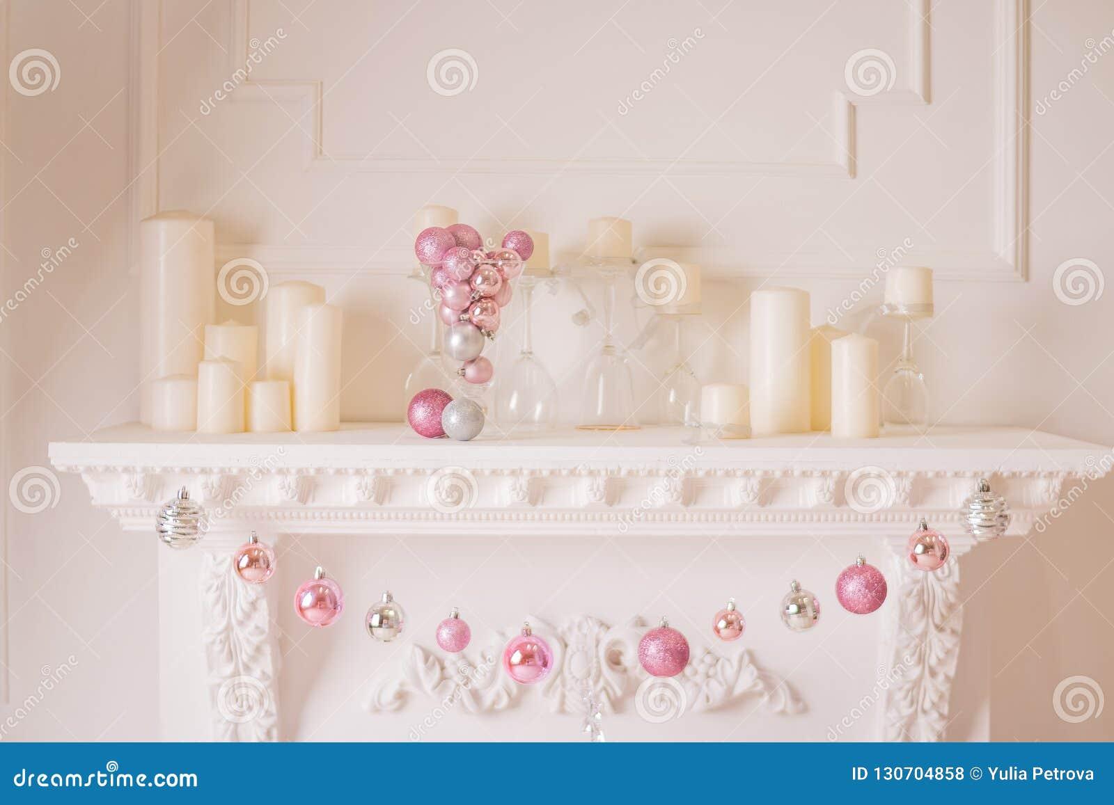 Kerstmisopen haard, Hangende roze ornamenten, het Speelgoed van het Kerstmisdecor op Brandplaats, Kerstmis Magisch Verhaal in Ver
