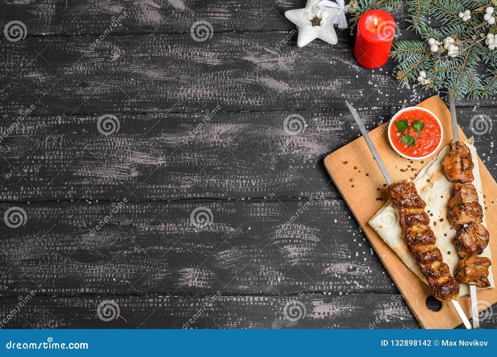 Kerstmissamenstelling met kebab op houten lijst