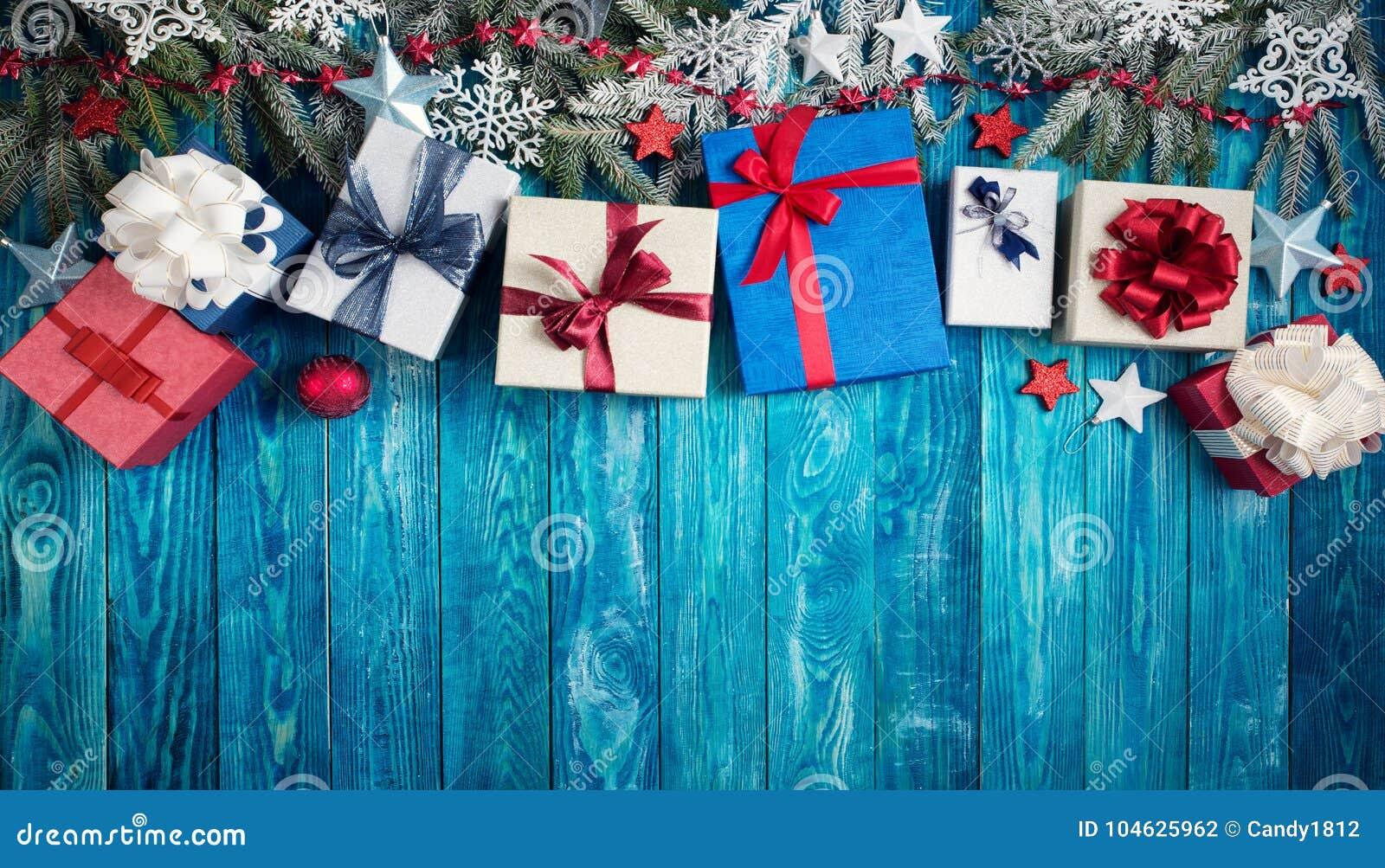 Download Kerstmissterren Op Houten Achtergrond Met Sparrentakken Stock Foto - Afbeelding bestaande uit geschilderd, decoratie: 104625962
