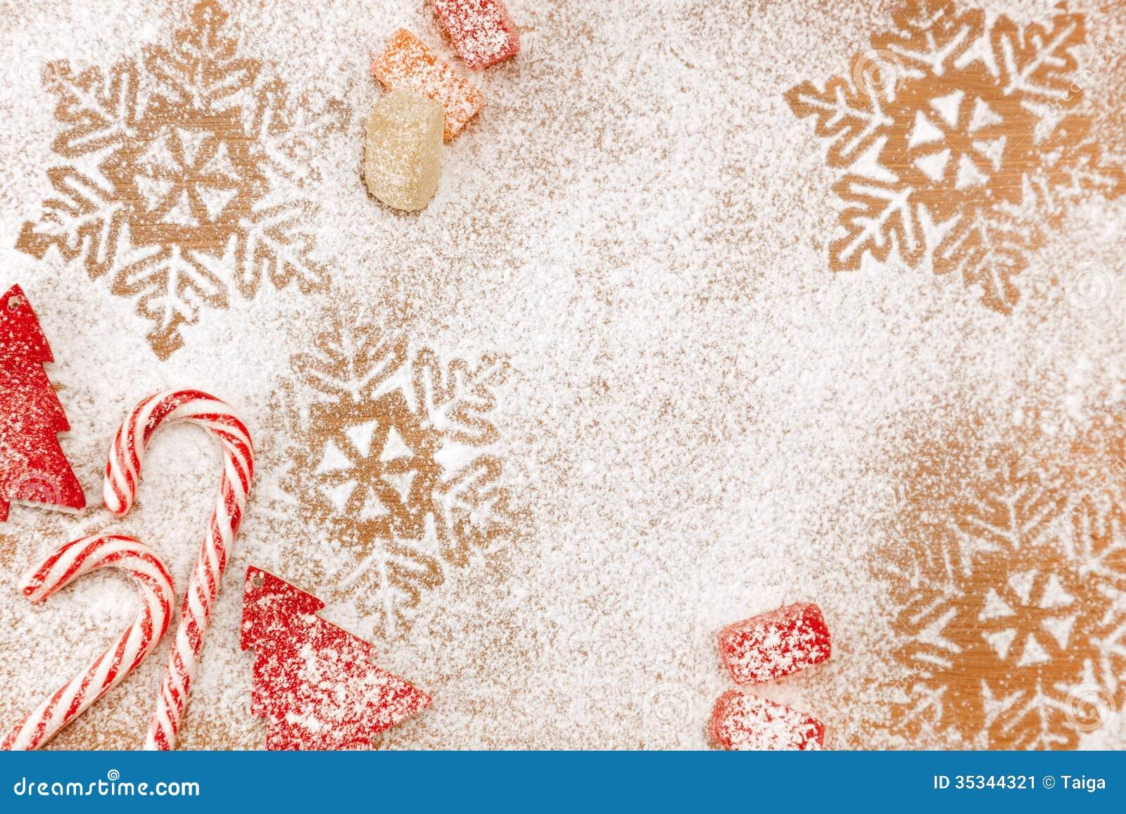 Kerstmissuikergoed en zoete achtergrond met sneeuwvlokken en bomen