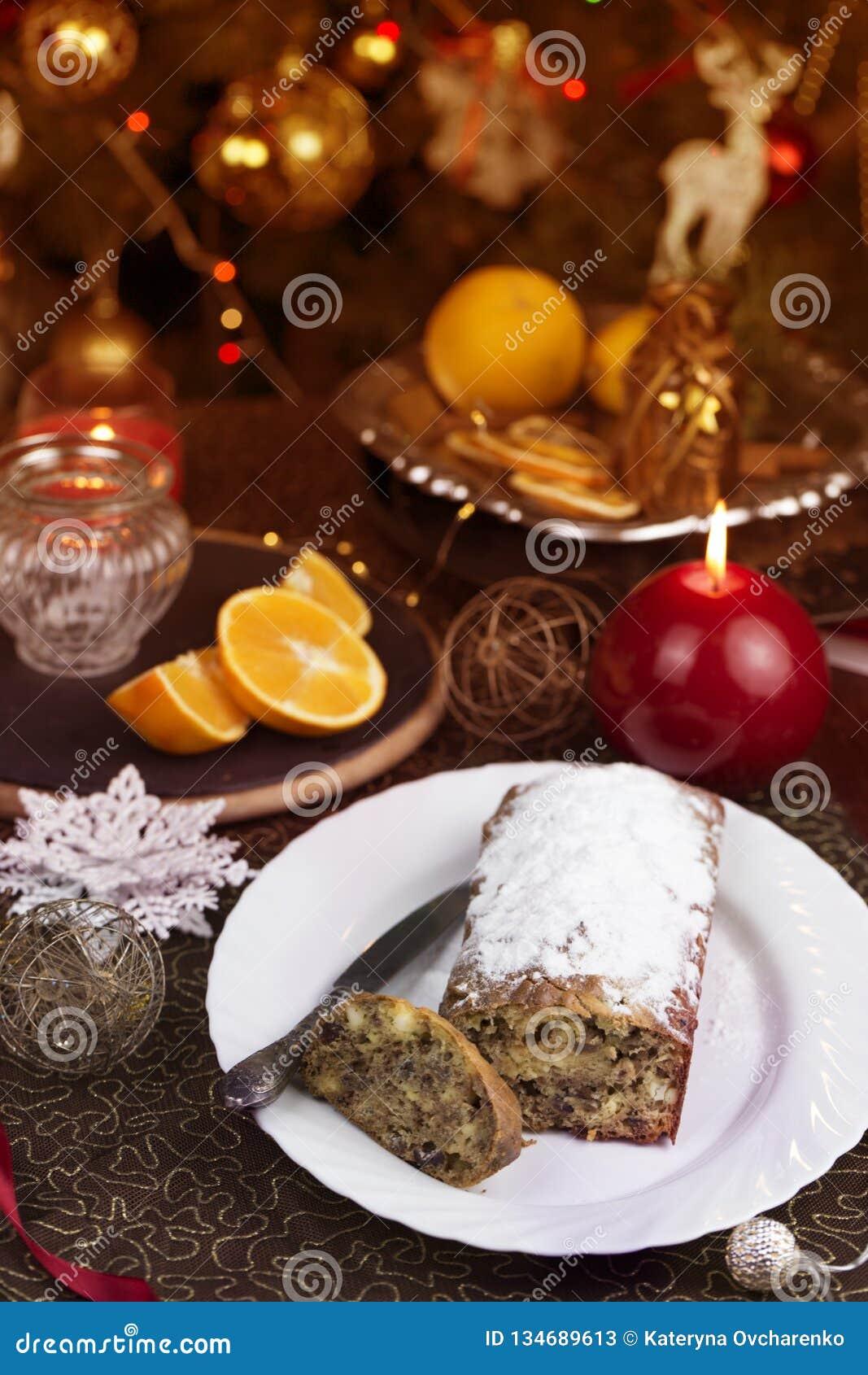 Kerstmistak en klokken Eigengemaakte Kerstmiscake met Kerstmisdecoratie