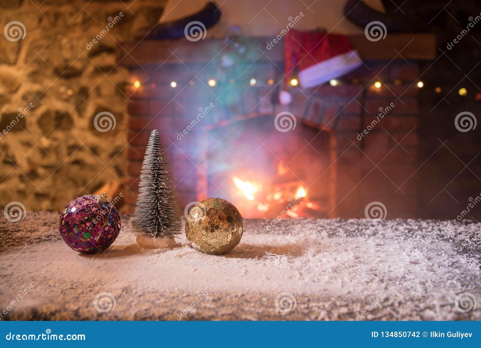 Kerstmiszaal stelt het Binnenlandse die Ontwerp, Kerstmisboom door Lichten wordt verfraaid Giftenspeelgoed, Kaarsen en Garland Li