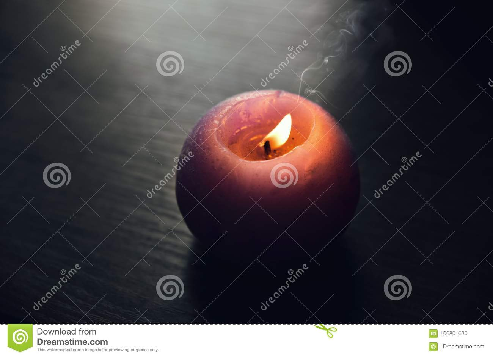 Download Kerze Auf Hölzernem Hintergrund Stockfoto - Bild von gesund, grün: 106801630