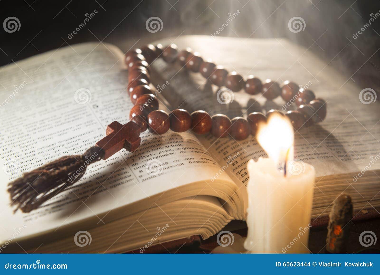 Kerze mit Weihrauch und Heiliger Schrift