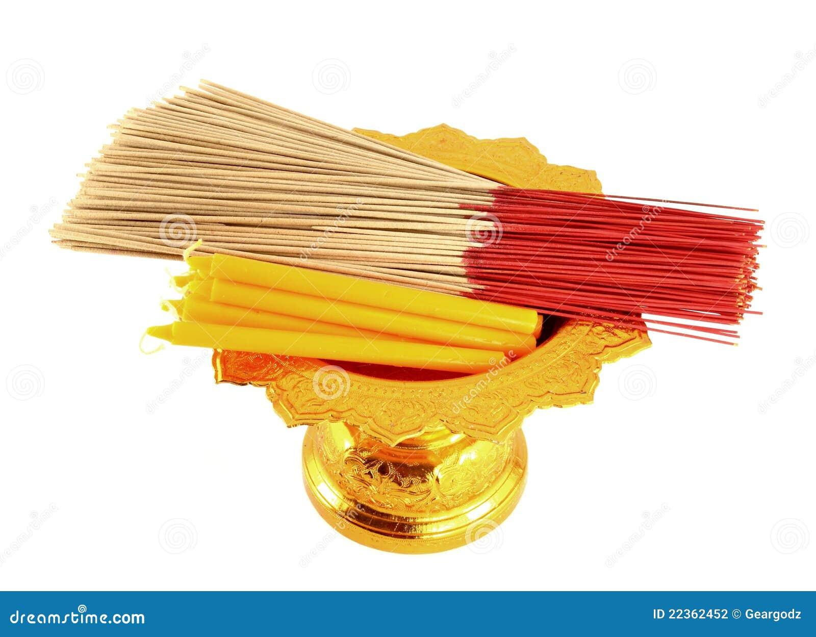 Kerze und Duft auf goldenem Tellersegment