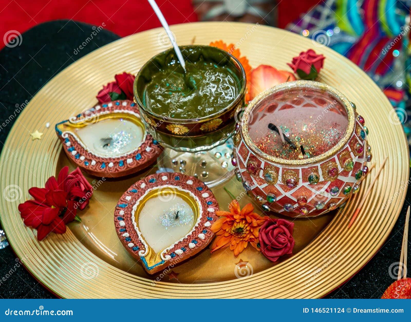 Kerzen und Hennastrauch für mendhi Hochzeit