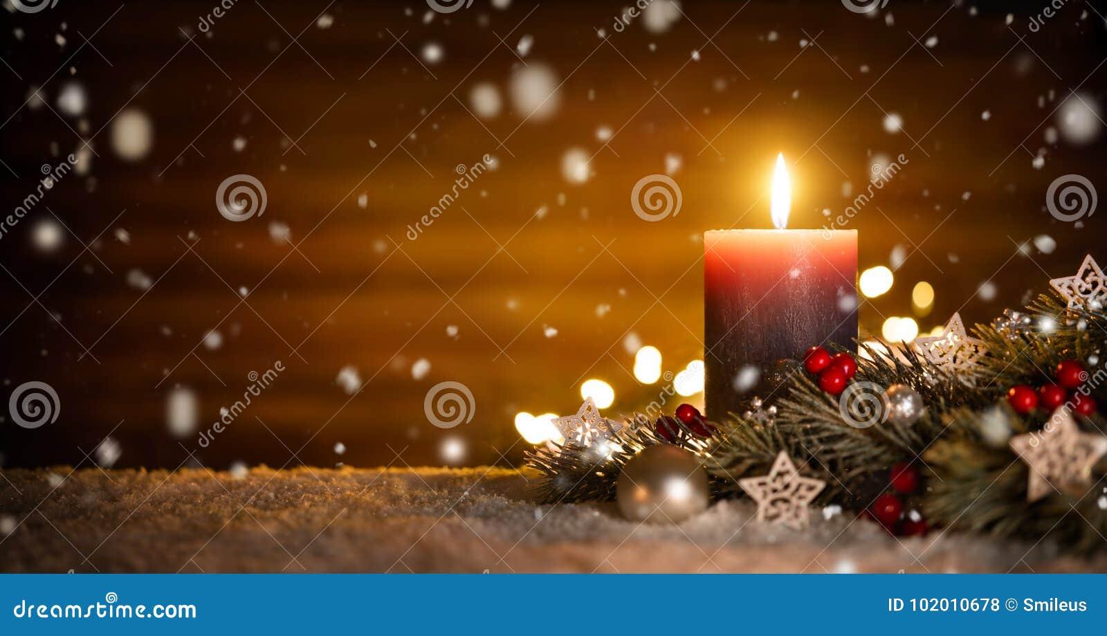 Kerzen- und Weihnachtsdekoration mit hölzernem Hintergrund und Schnee