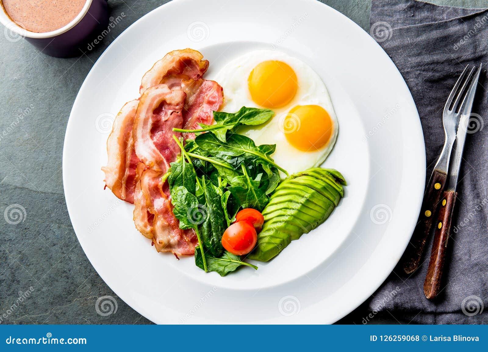 Ketogenic яичница завтрака диеты, бекон и авокадо, шпинат и противопульный кофе Завтрак низкого карбюратора высоко- тучный