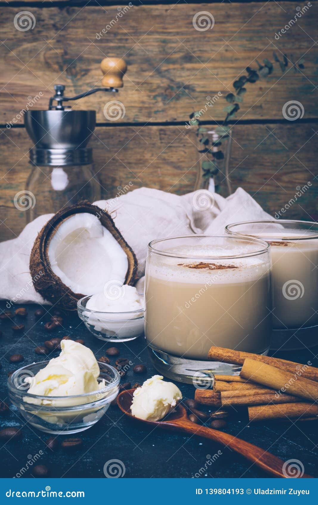 Ketogenic banta begreppet Ketogenic latte med kokosnötolja