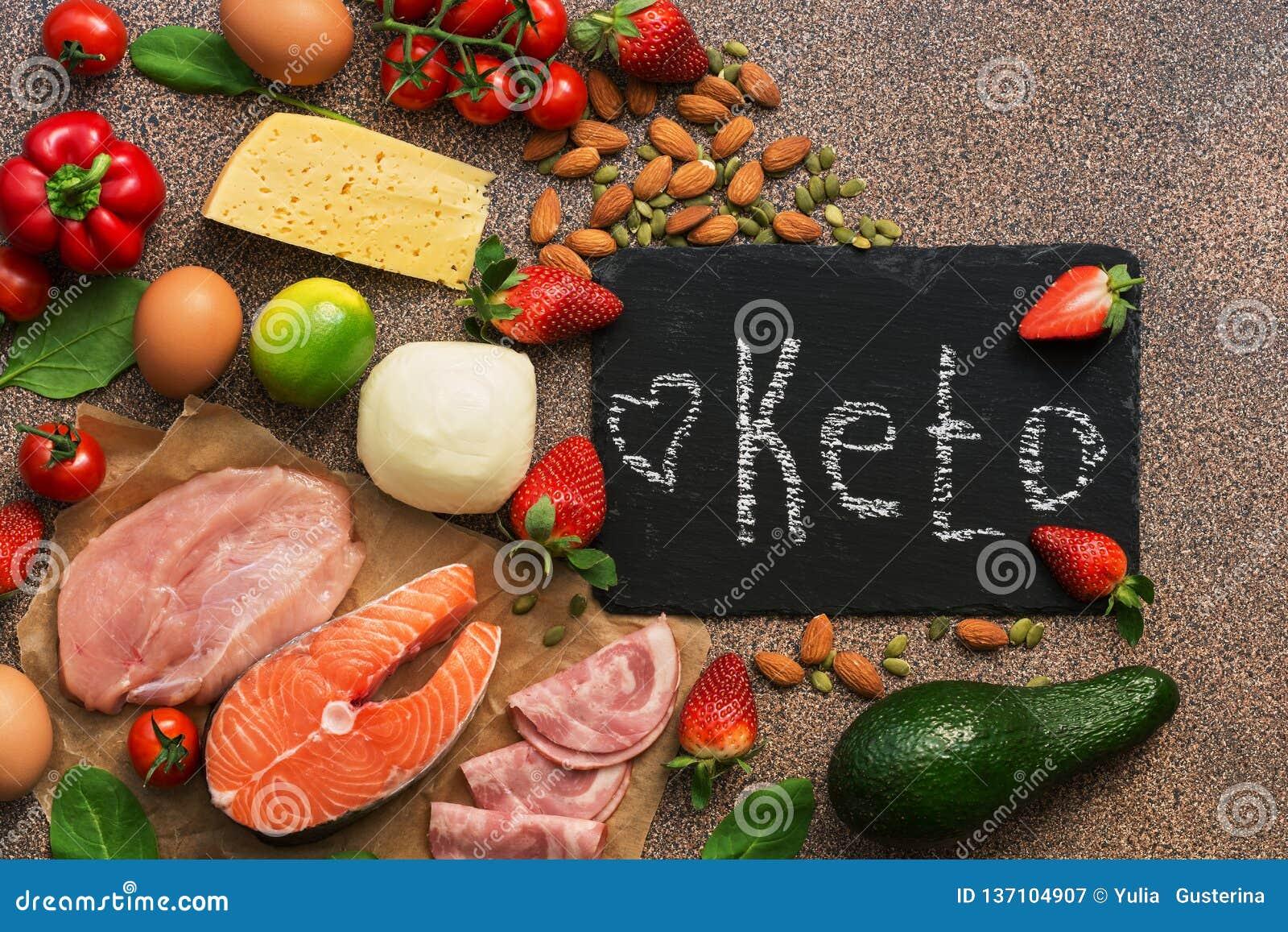 Ketogenic banta mat Sunda låga carbsprodukter Keto bantar begrepp Grönsaker fisk, kött, muttrar, frö, jordgubbar, ost på a