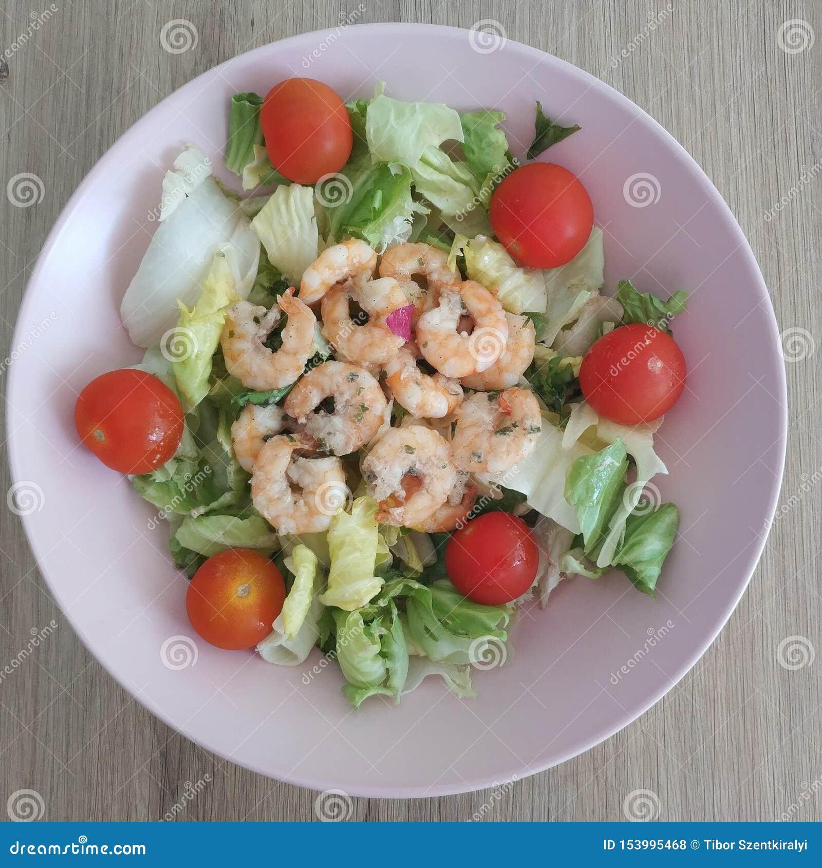 Ketogenic maaltijd, garnalensalade met slamengeling en tomaten Keto voedsel voor gewichtsverlies