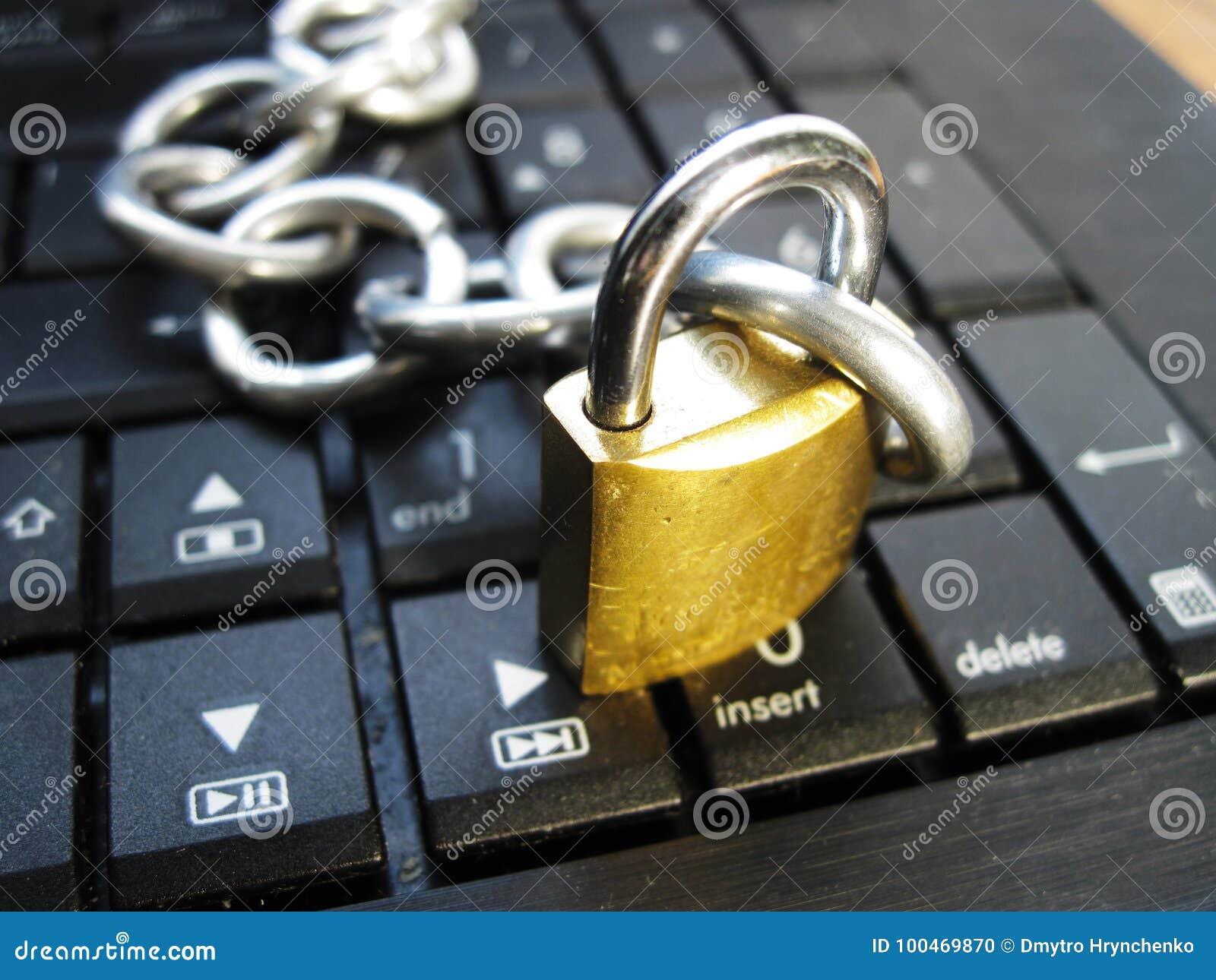 Kette und Verschluss auf Laptoptastatur Computerverbot, Internet-Verbot Neigung Antivirus