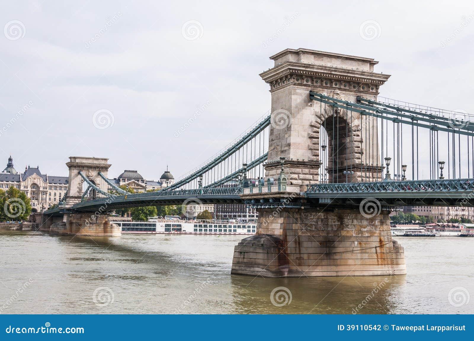 Kettingsbrug over de rivier van Donau