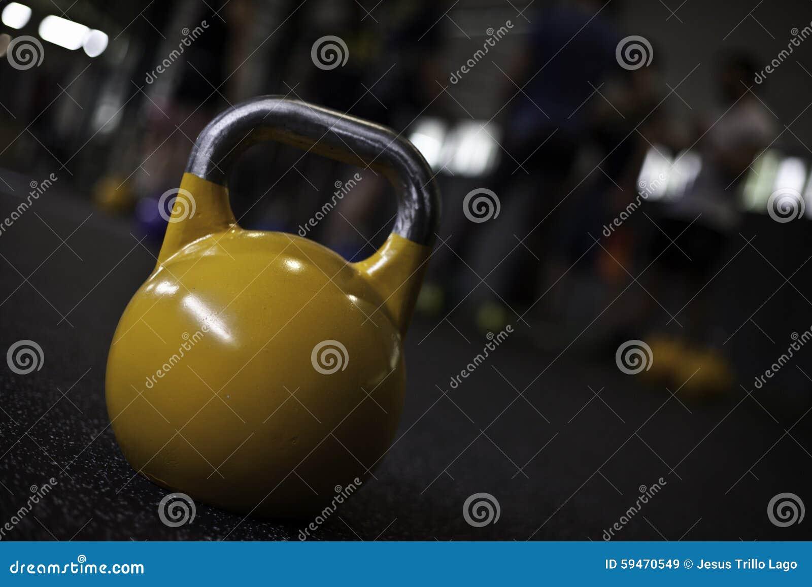 Circuito Kettlebell : Kettlebell giallo in una palestra del crossfit immagine stock