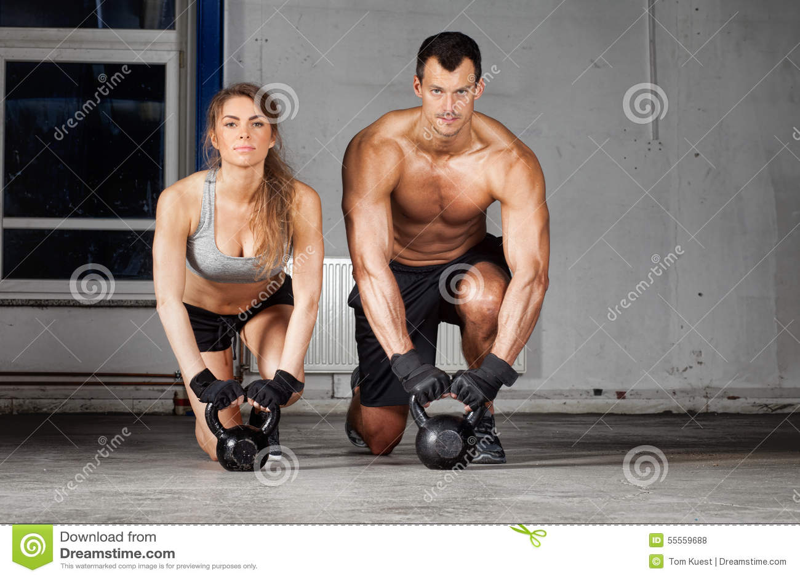Kettlebell opleidende man en vrouw