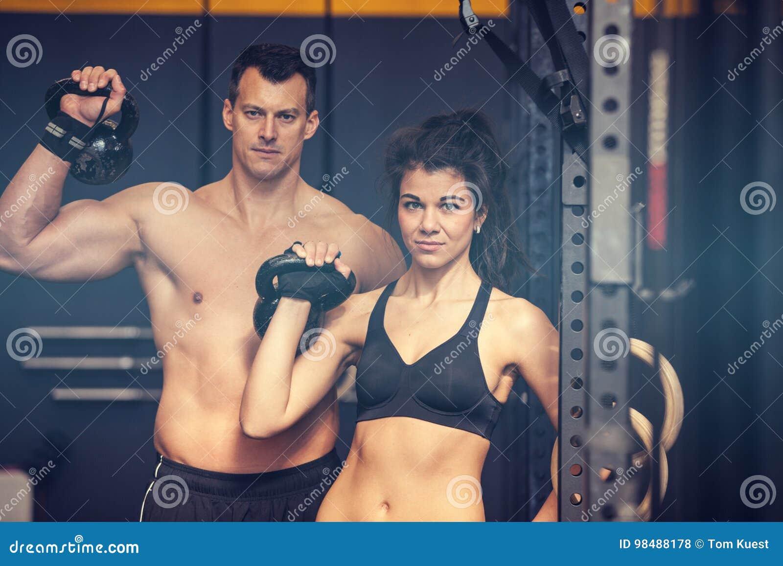 Kettlebell opleidende man en vrouw in een gymnastiek