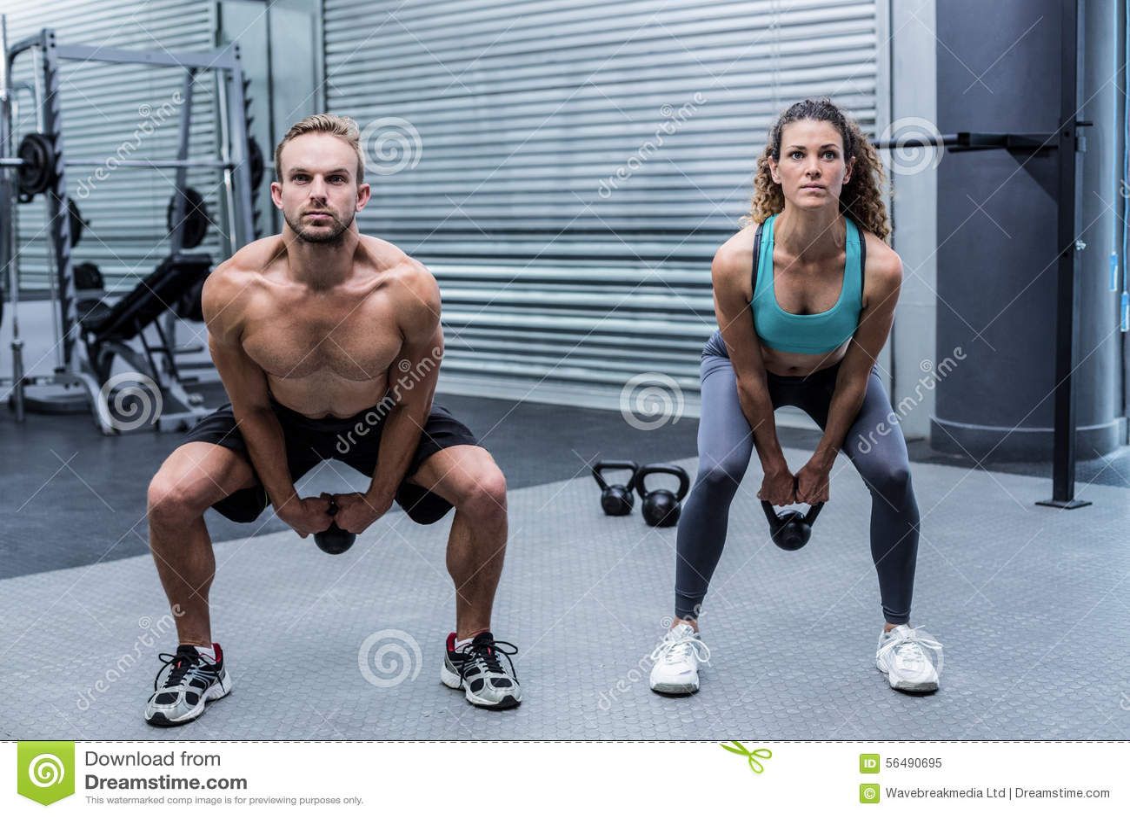 Kettlebells de levage d un couple musculaire