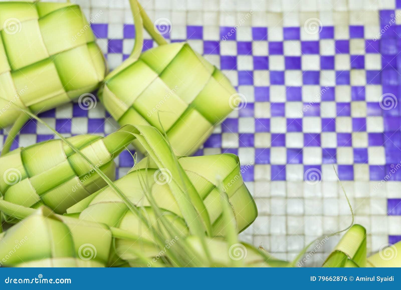 Ketupat或饺子米 米是由年轻椰子叶子做的自然框的厨师