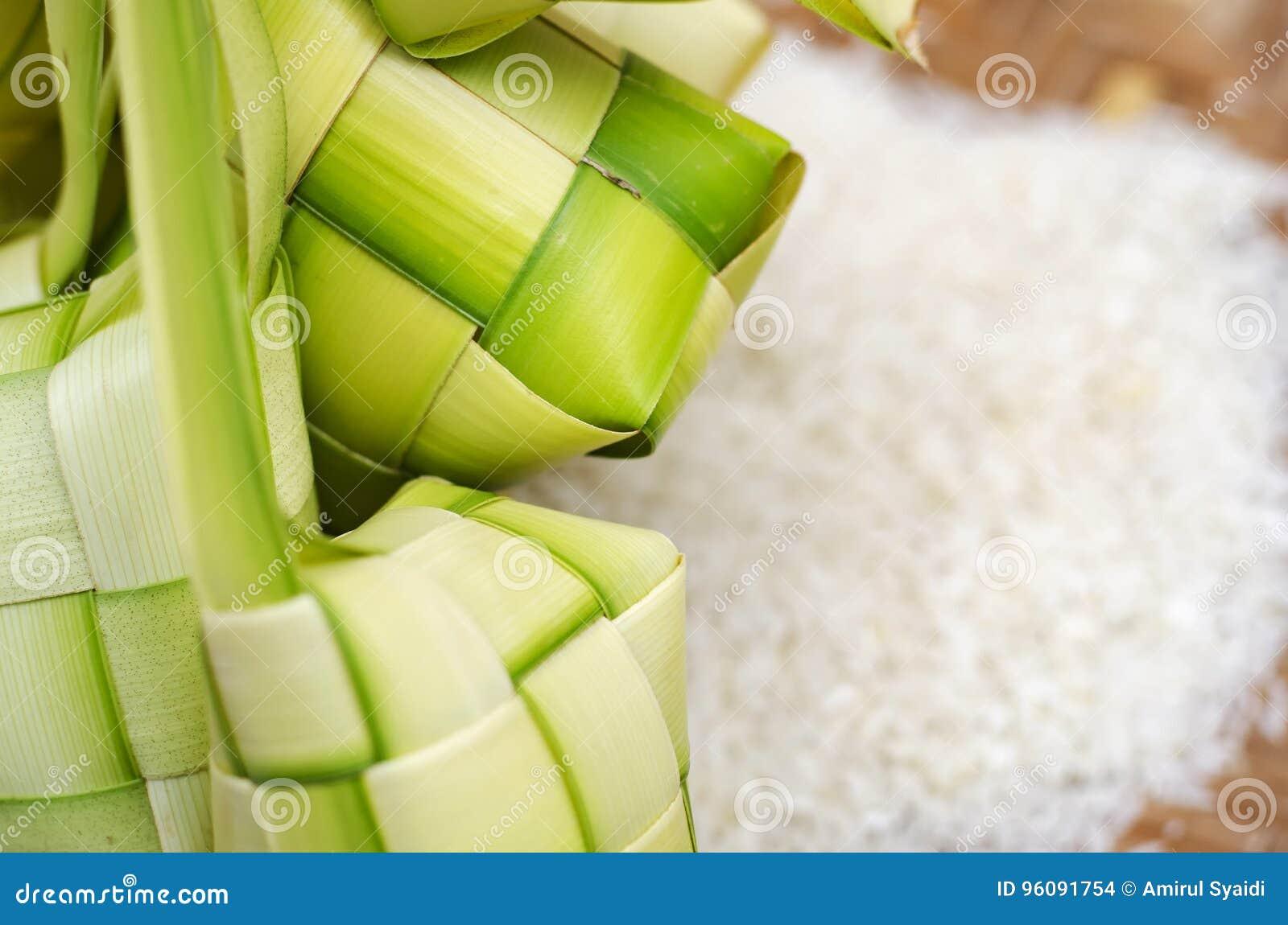 Ketupat框和米在竹容器 在马来西亚eid期间的传统马来的纤巧