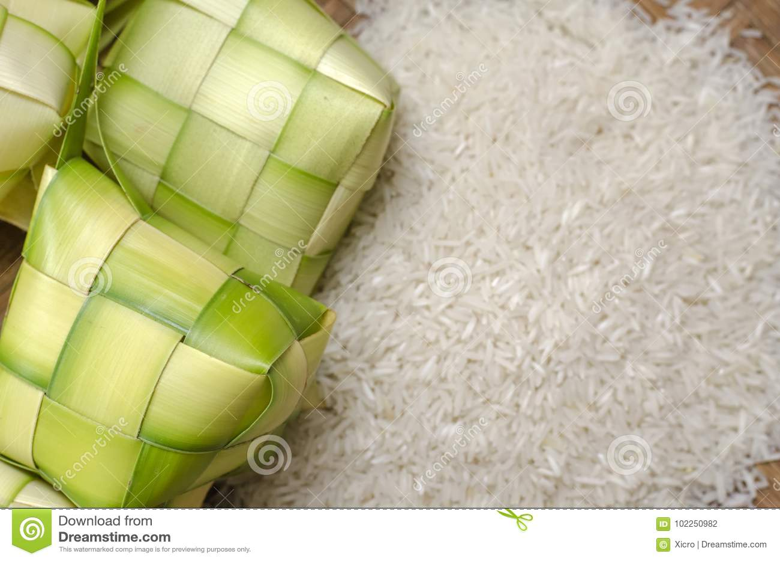 Ketupat框和米在竹容器 在马来西亚eid节日期间的传统马来的纤巧