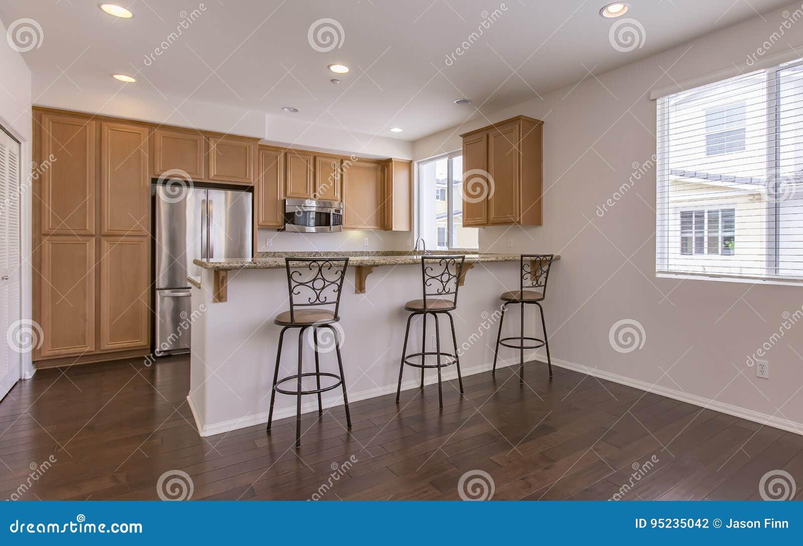 Keuken met bar en krukken in het huis in de stad van luxesan diego