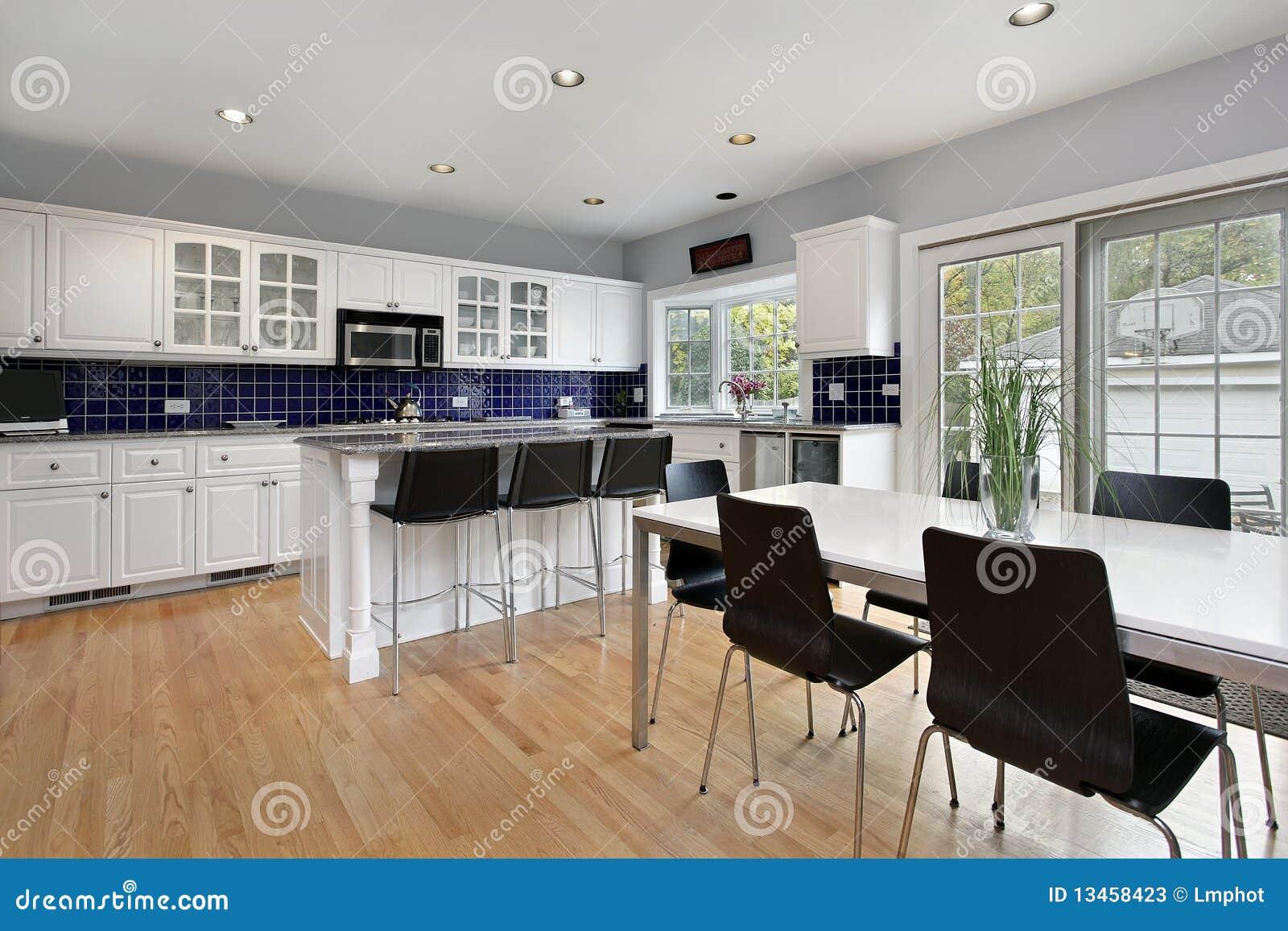 Keuken met blauwe tegel backsplash stock foto's   afbeelding: 13458423