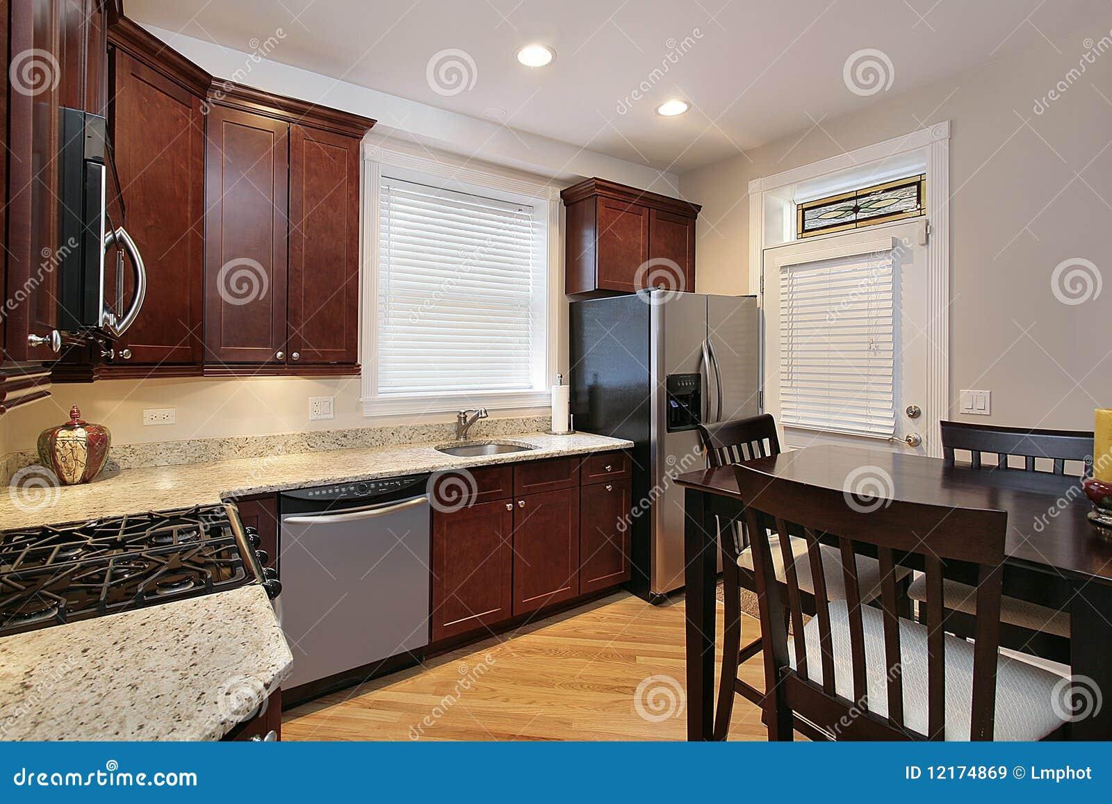 Keuken met cabinetry kersenhout stock afbeelding afbeelding 12174869 - Keuken met teller ...