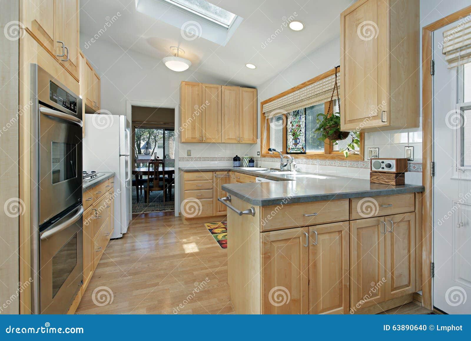 Keuken Met Dakraam : Keuken met dakraam stock foto. afbeelding bestaande uit huis 63890640