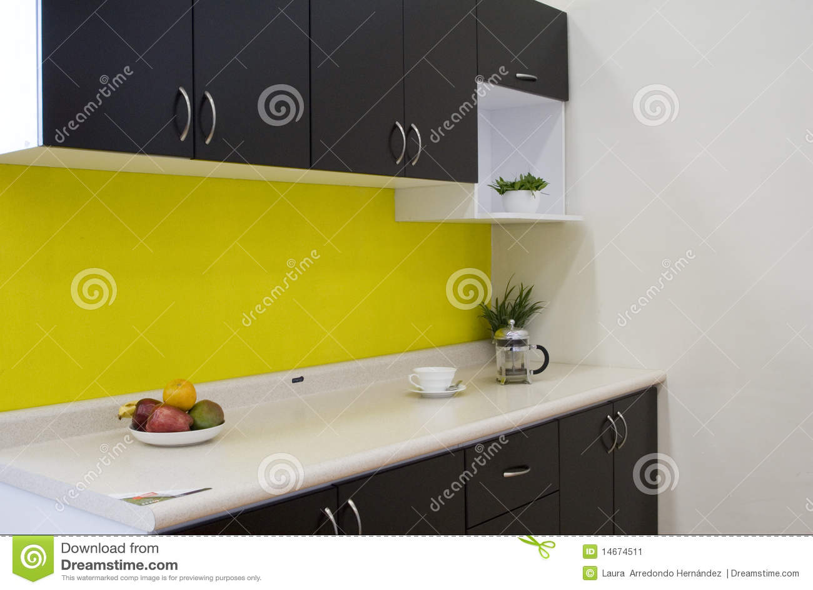 Keuken met een gele muur stock afbeelding   afbeelding: 14674511