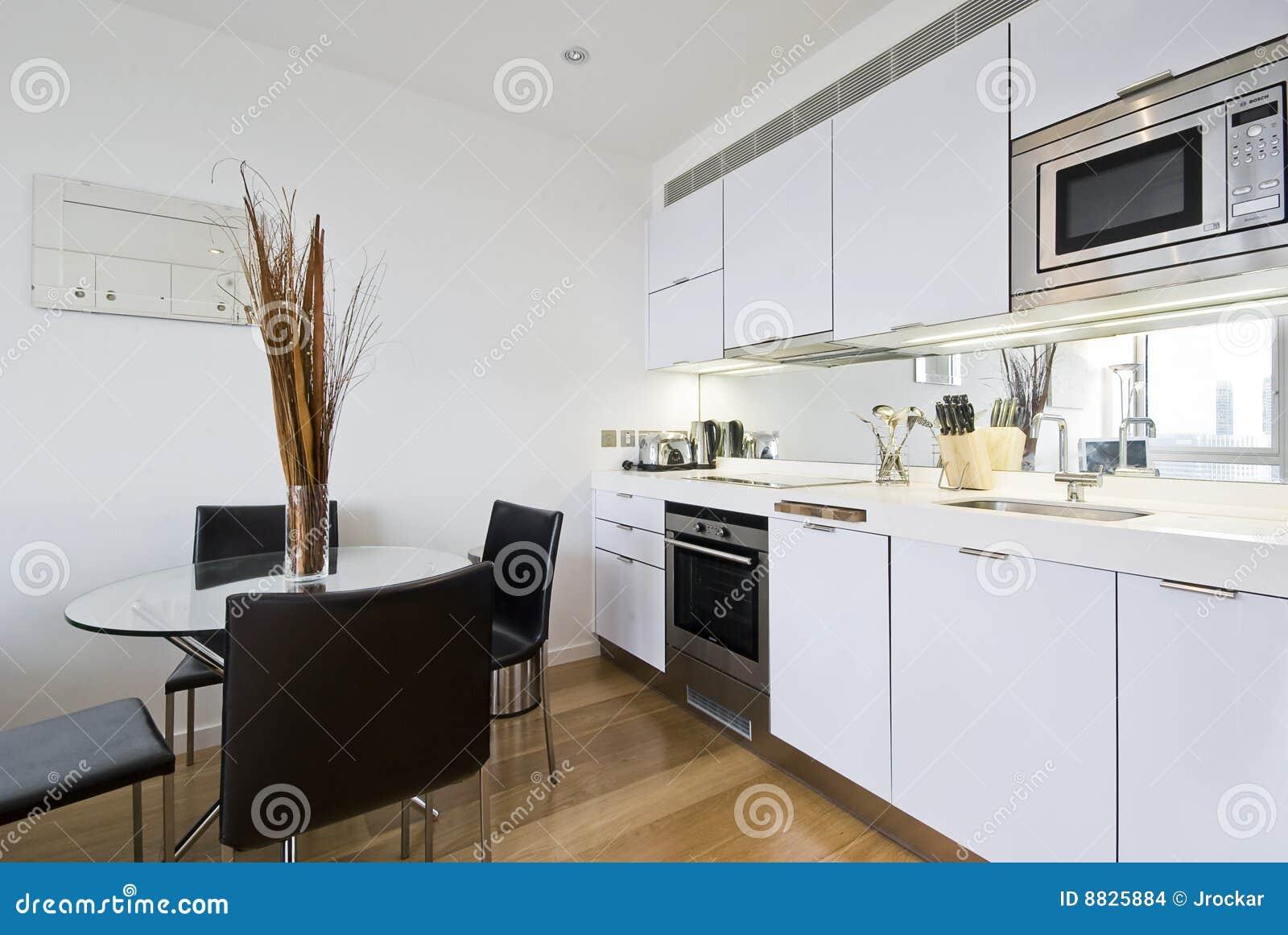 Keuken Met Eettafel Stock Afbeeldingen - Afbeelding: 8825884