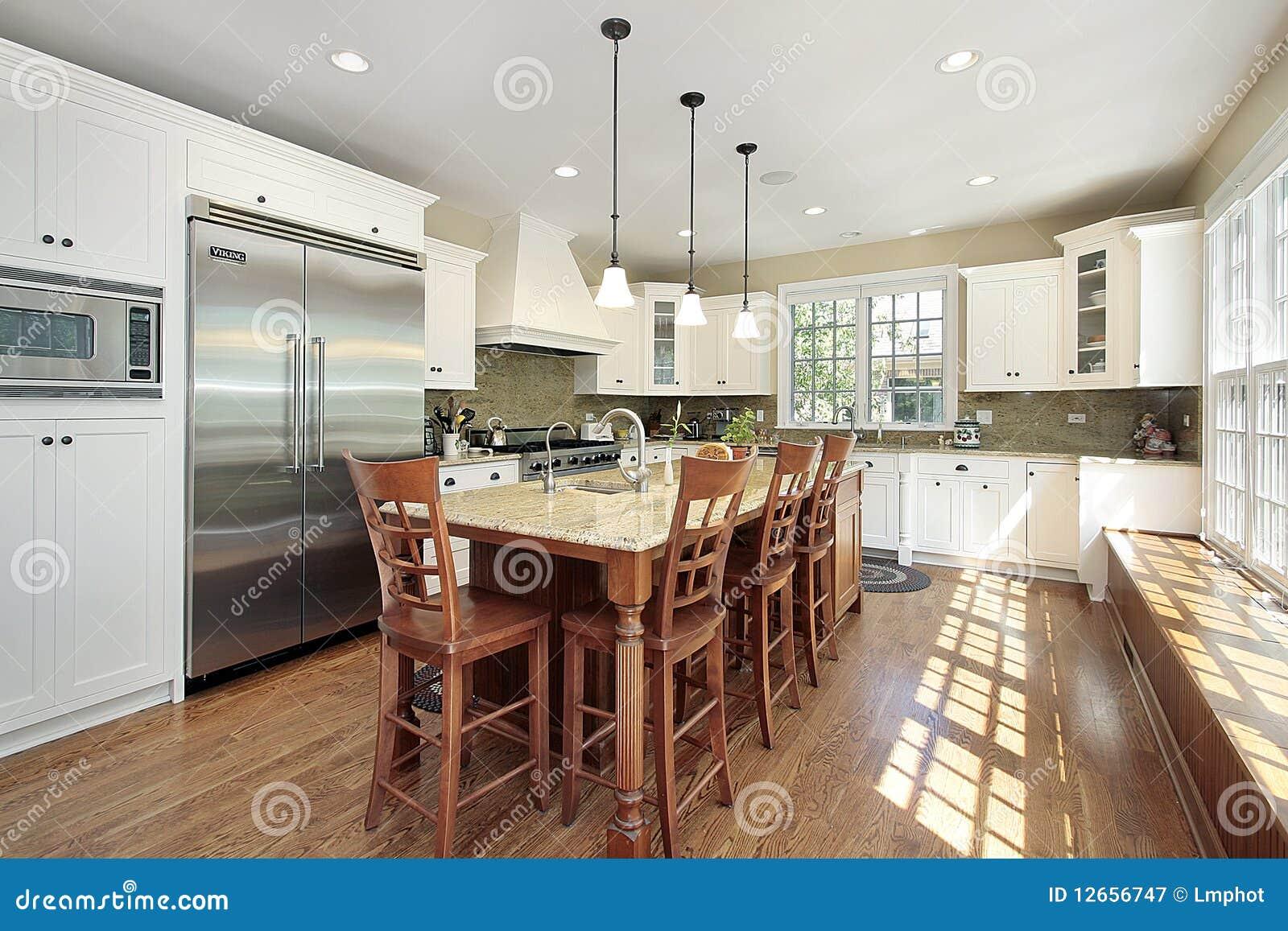 Keuken met eiland en bank royalty vrije stock fotografie afbeelding 12656747 - Keuken met bank ...
