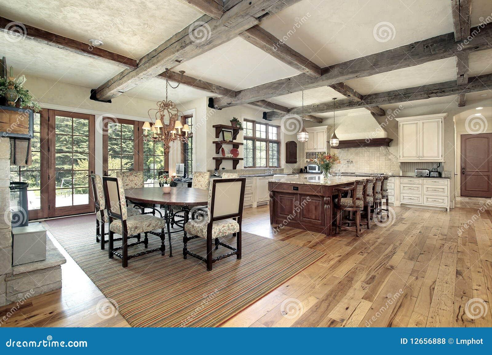 Keuken Met Eiland En Plafond Houten Stralen Royalty vrije