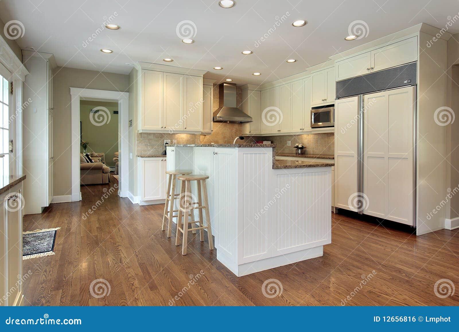 Keuken met eiland op twee niveaus stock foto afbeelding 12656816 - Keuken met teller ...