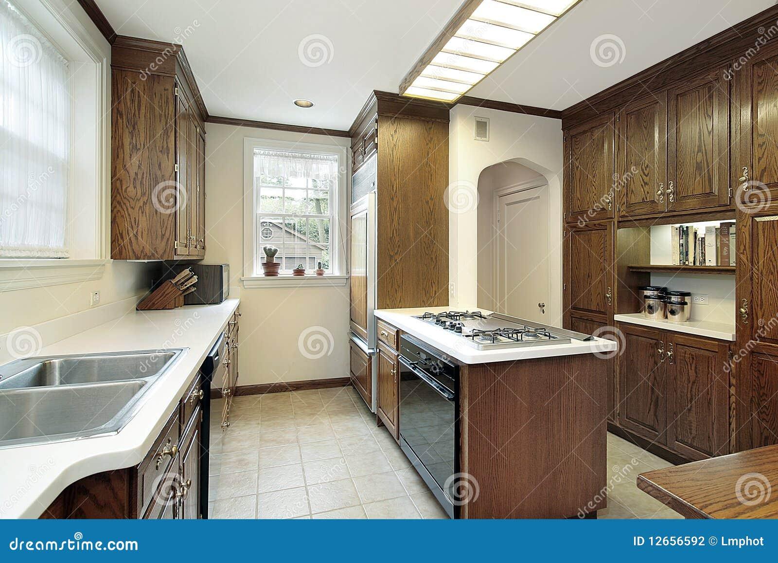 Keuken met fornuis hoogste eiland stock foto afbeelding 12656592 - Eiland maaltijd ...