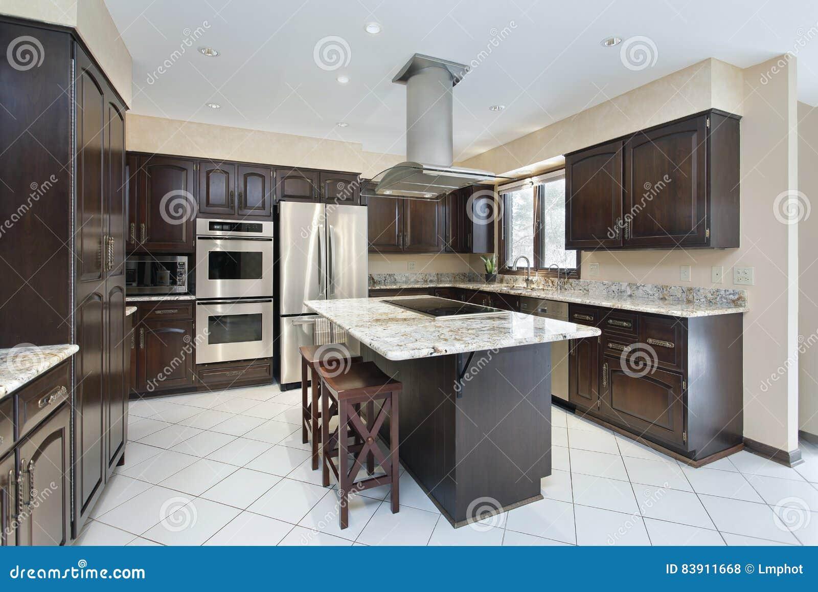 Keuken met fornuis hoogste eiland stock foto afbeelding 83911668 - Eiland maaltijd ...