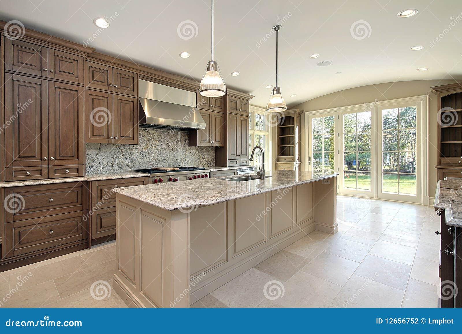 Keuken Met Groot Marmeren Eiland Stock Fotografie - Afbeelding ...