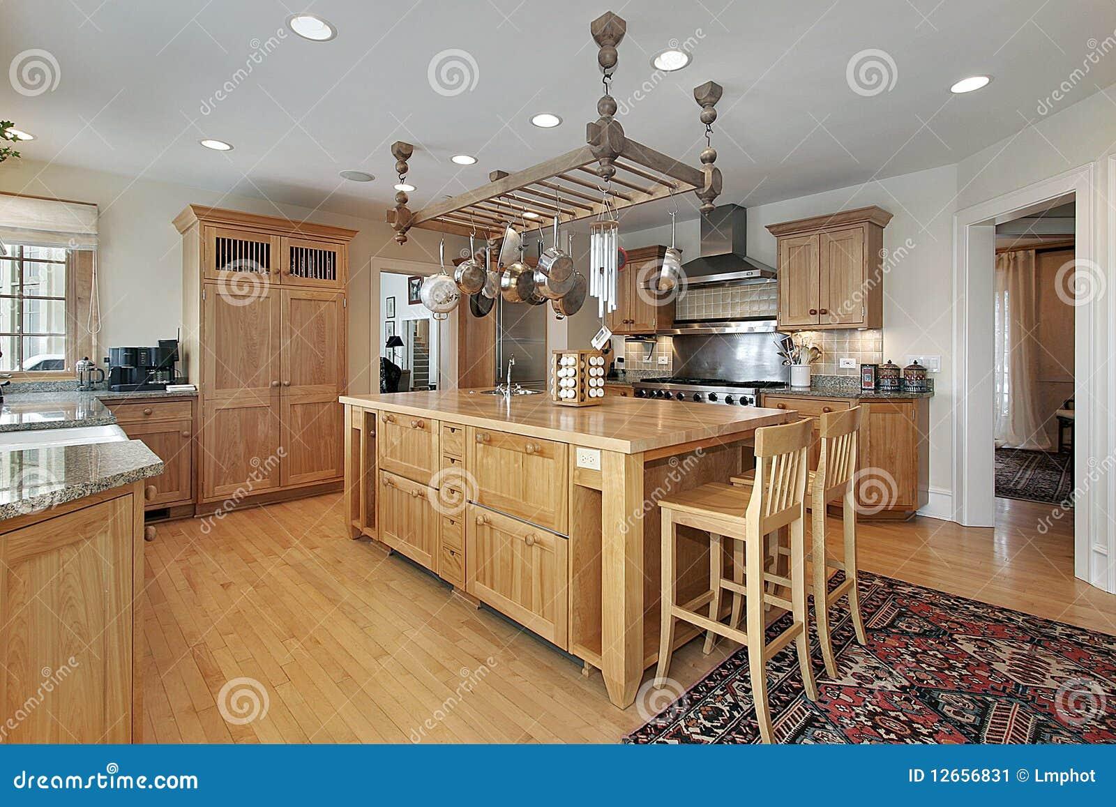 Keuken met het eiland van het slagersblok stock afbeelding afbeelding 12656831 - Eiland maaltijd ...