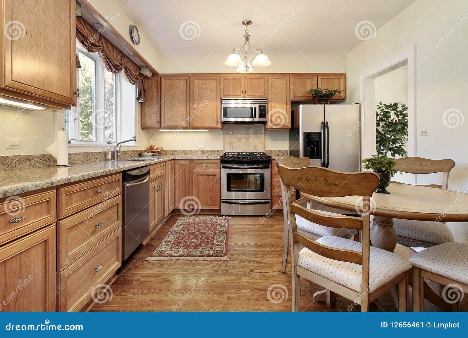 Keuken met het houten met panelen bekleden stock afbeelding