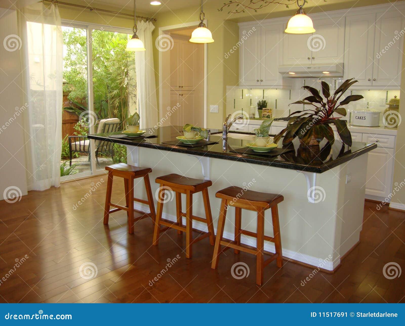 Keuken Met Houten Vloeren Stock Afbeelding - Afbeelding: 11517691