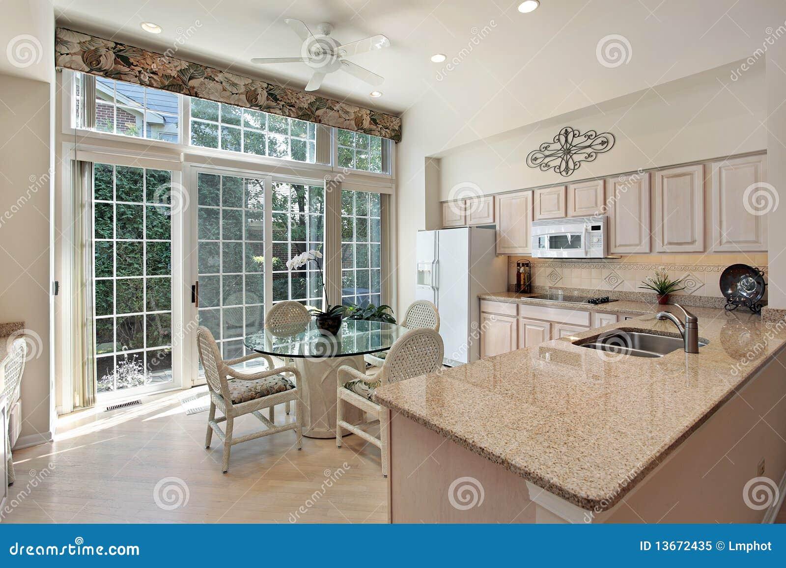 Keuken Met Schuifdeuren.Keuken Met Schuifdeuren Aan Terras Stock Afbeelding Afbeelding